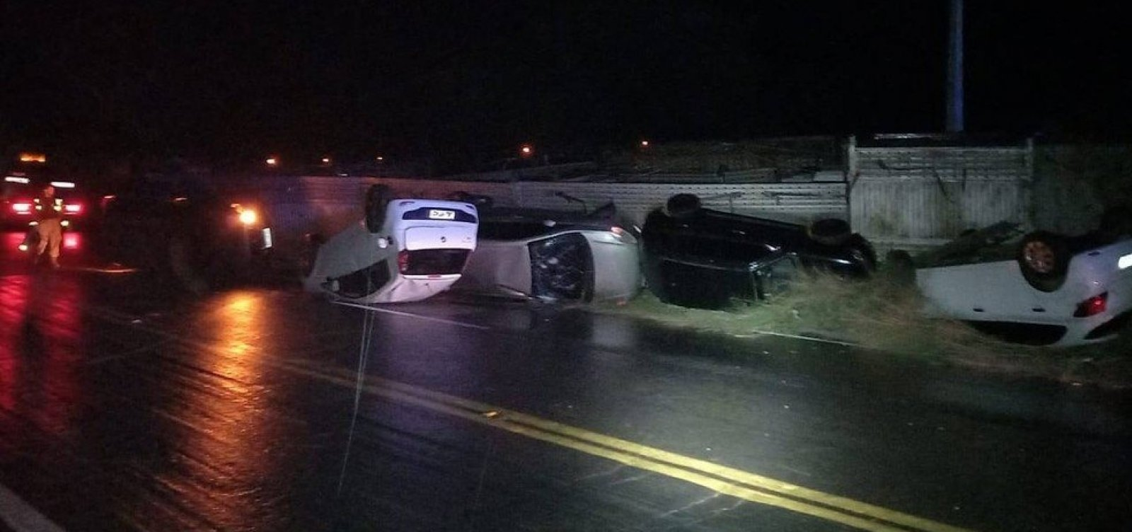 Caminhão colide com carreta, capota carros e motorista fica ferido no oeste da Bahia