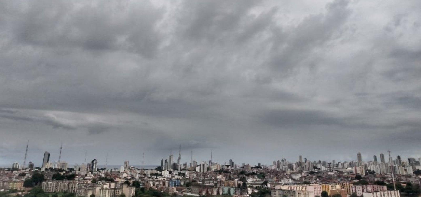 Chuva provoca deslizamento de terra em Salvador