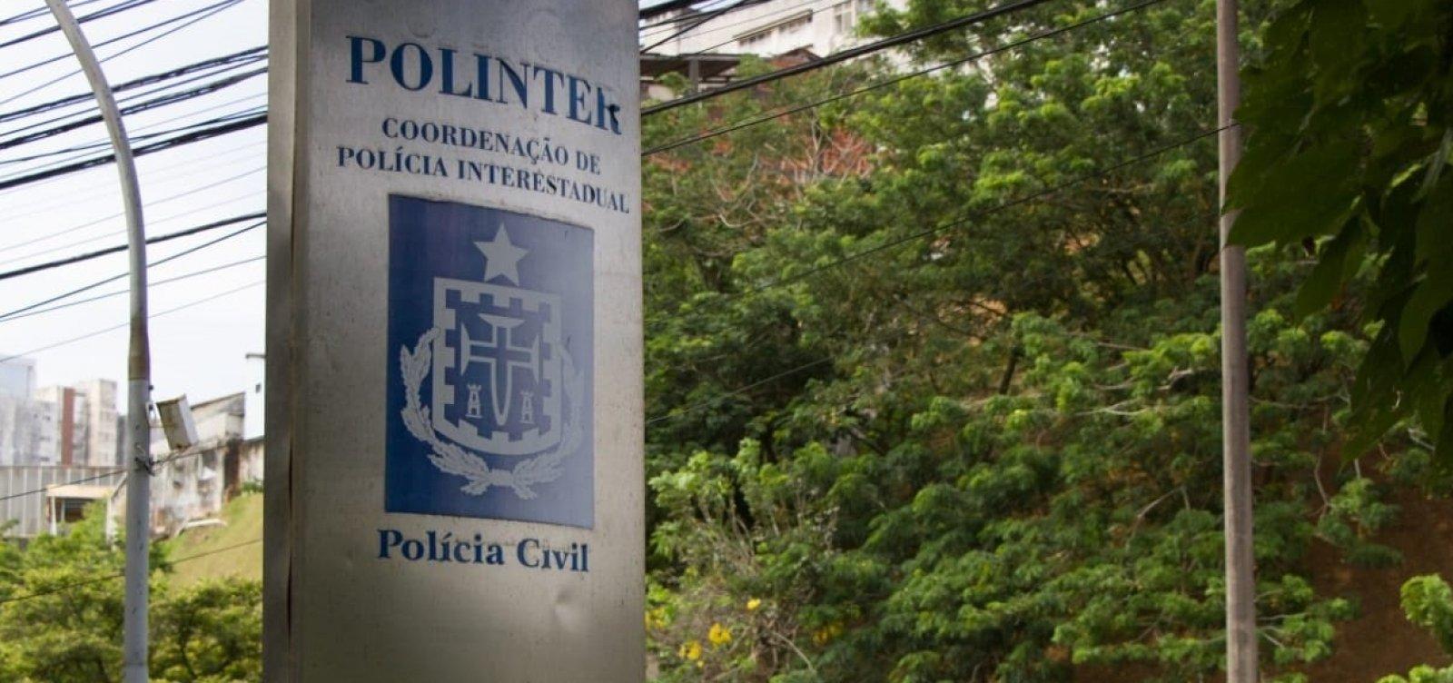 Suspeito de assassinato, homem é preso pela polícia fazendo o RG