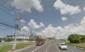 Dupla armada rende passageiros e assalta ônibus na Avenida Paralela