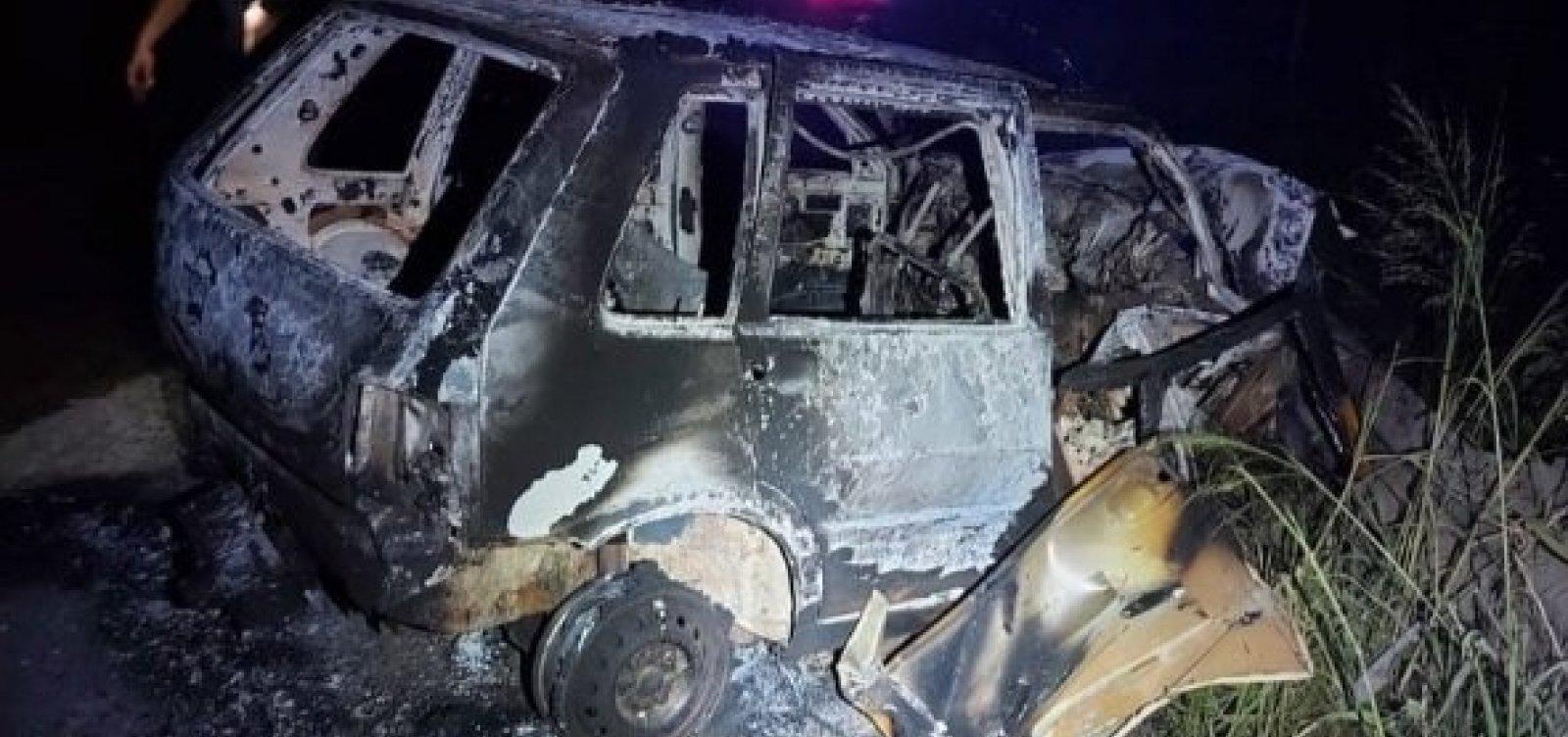 Jovem é preso após dirigir bêbado e sofrer acidente na BR-101; carro pegou fogo