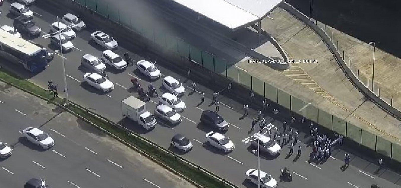 Rodoviários da CSN realizam novo protesto e travam trânsito na Avenida ACM