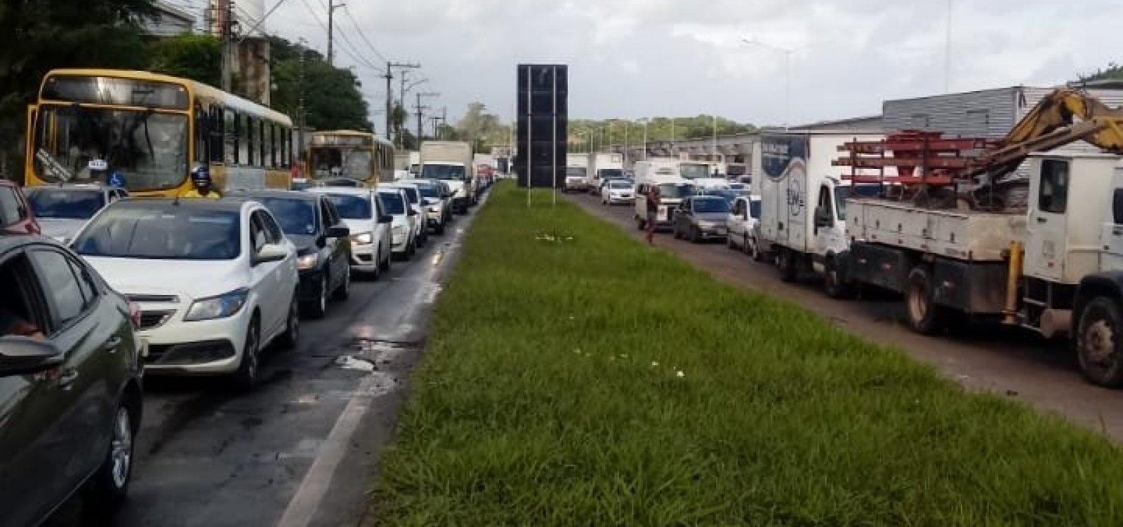 Contra mudanças na sinalização da BR-324, manifestantes travam pista no acesso à Valéria
