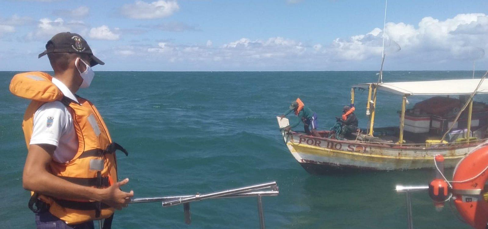 Pescadores foram resgatados após quatro dias com barco quebrado em alto mar