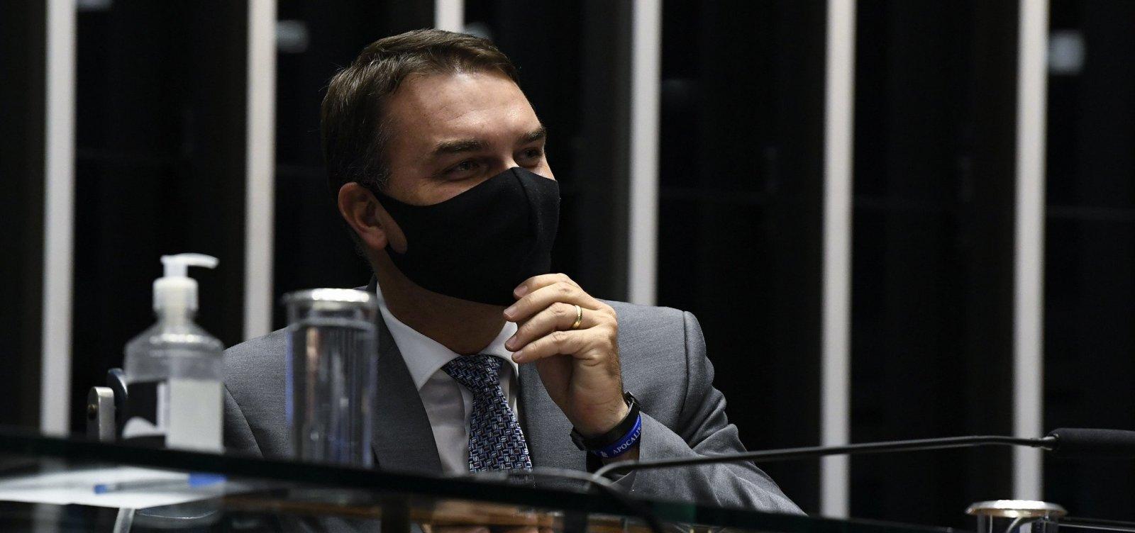 Depois de ser chamado de vagabundo por Flávio Bolsonaro, Calheiros diz 'elogio'