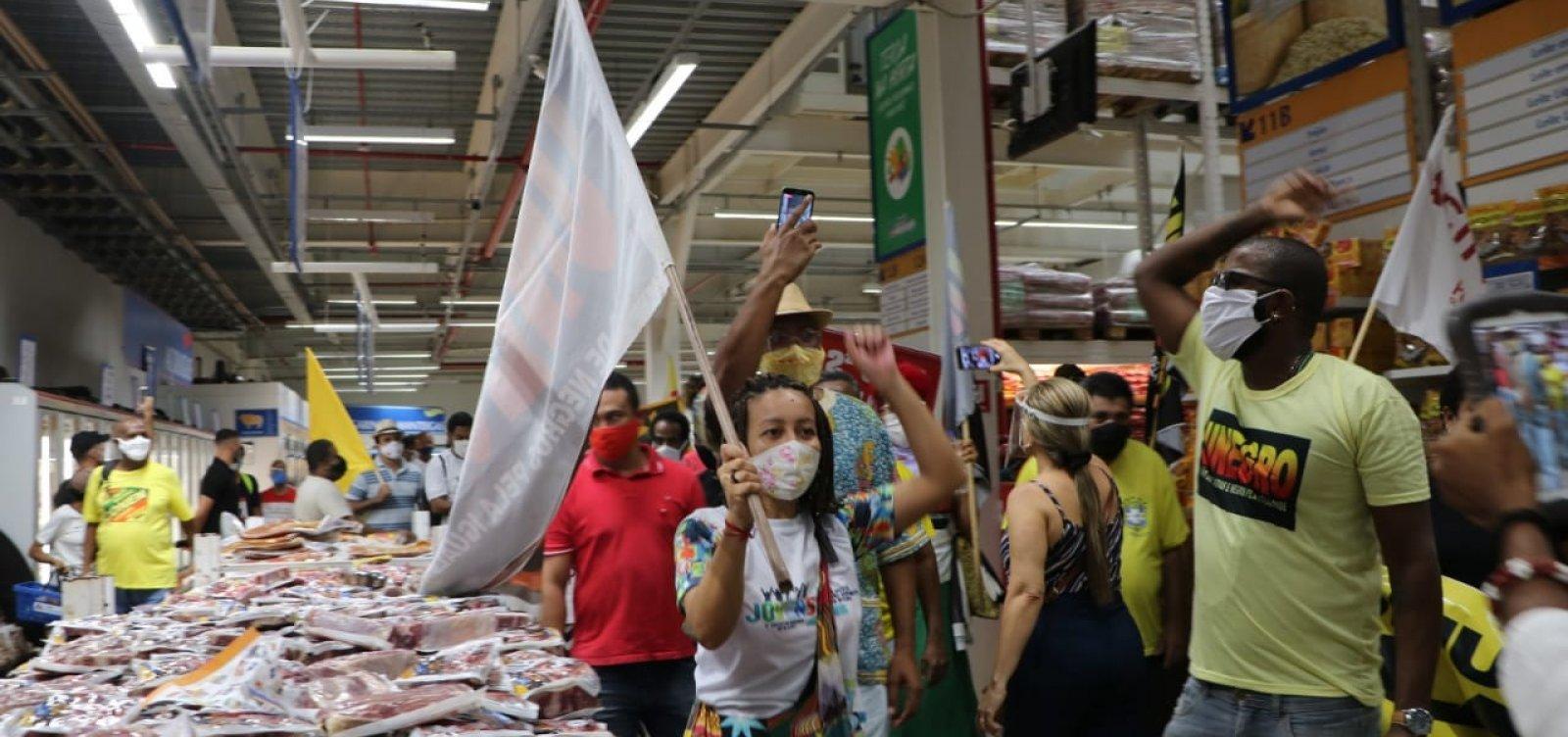 Em segundo protesto do dia, manifestantes fecham via contra supermercado Atakarejo