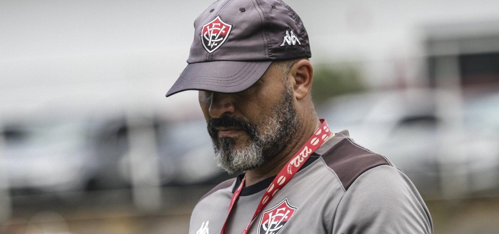 Flávio Tanajura, ex-jogador e auxiliar técnico no Vitória, é internado com Covid-19