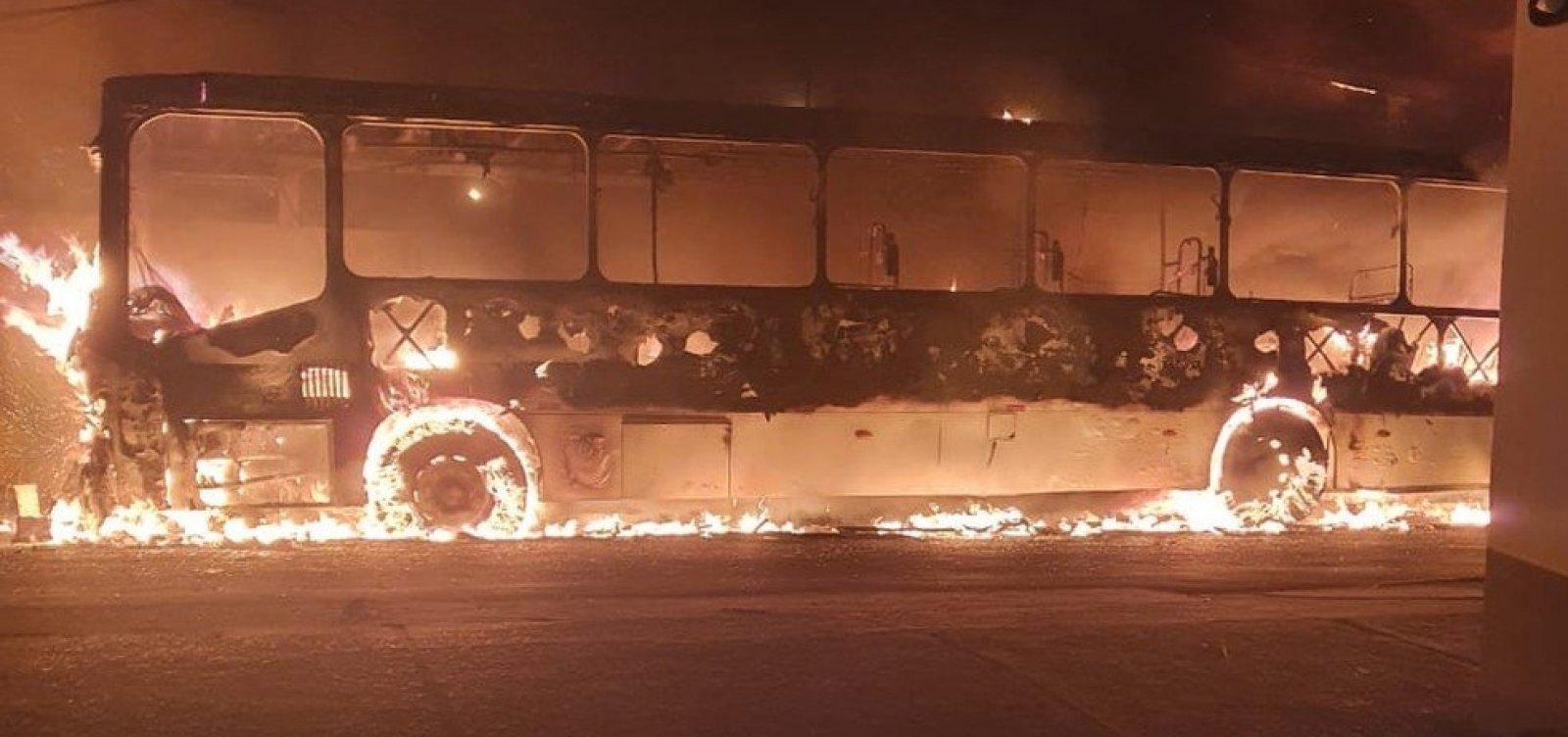 Ônibus pega fogo em Itapuã na madrugada deste domigo