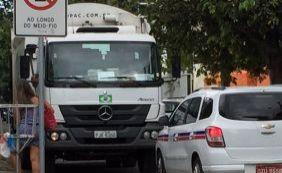 Esgoto transbordando e caminhão de lixo na contramão; confira trânsito na cidade