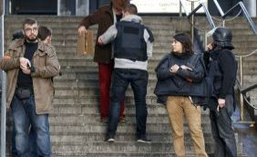 Homem é morto por policiais após tentar invadir delegacia em Paris