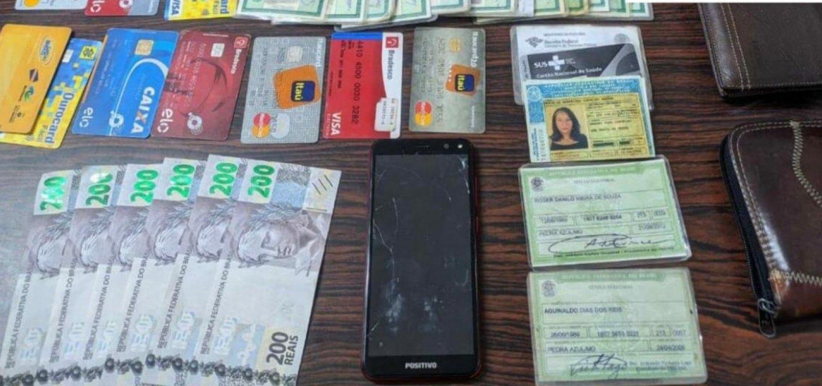 Mulher é flagrada com R$ 1,2 mil em notas falsas e cartões de terceiros