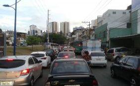Caminhão derruba fiação e complica trânsito no Rio Vermelho