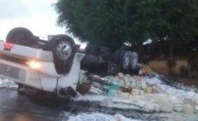 Motorista perde controle e caminhão carregado de tinta tomba na BR-101