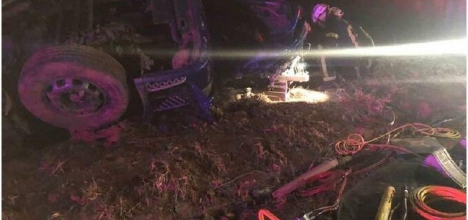 Motorista de caminhão morre após veículo tombar na BR-135