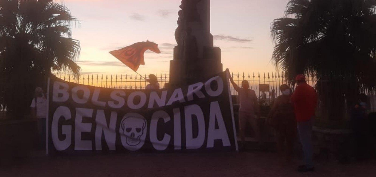 """Praça Castro Alves tem pôr do sol rosa com """"Fora Bolsonaro"""""""