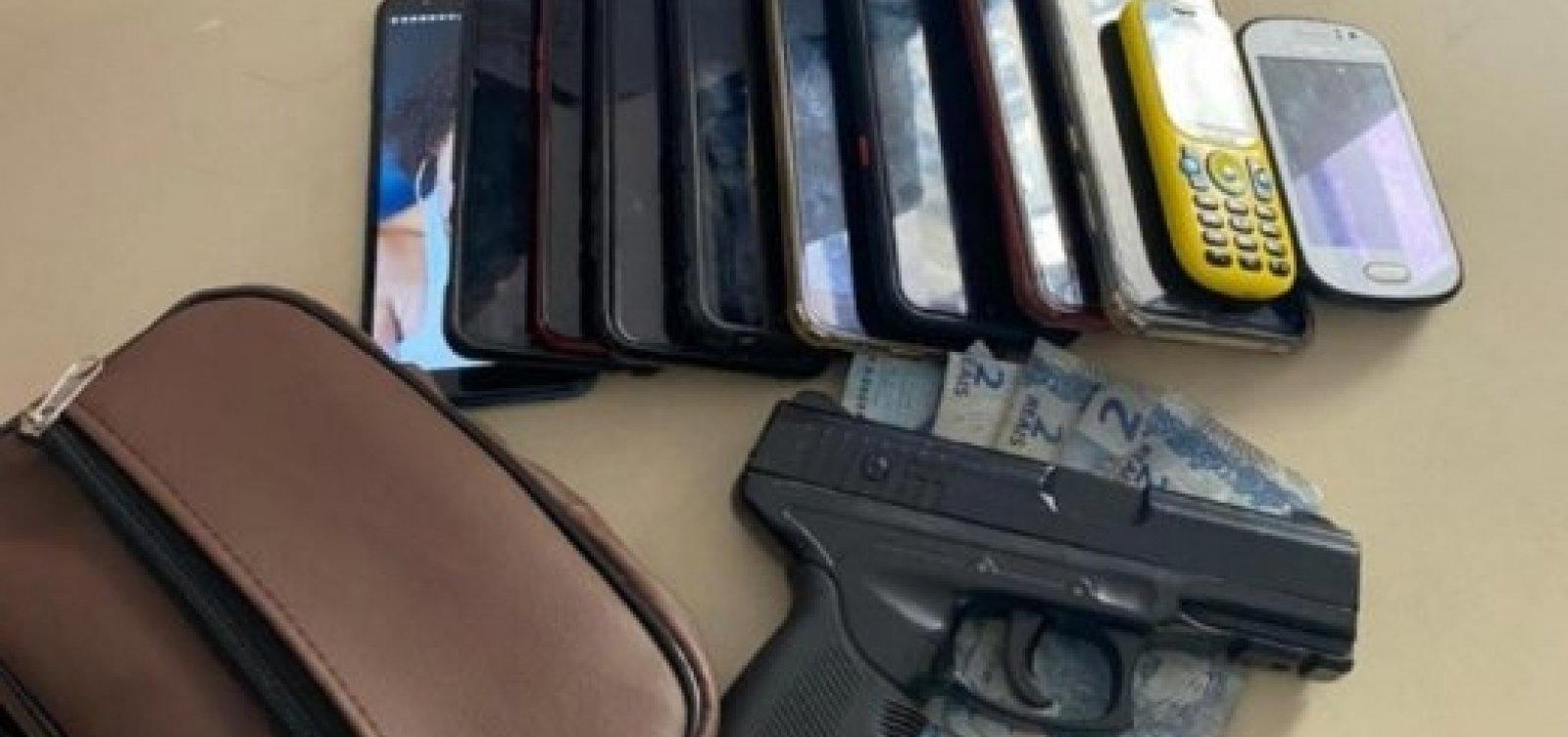 Dois homens são presos após assaltarem ônibus no Comércio e levarem 11 celulares