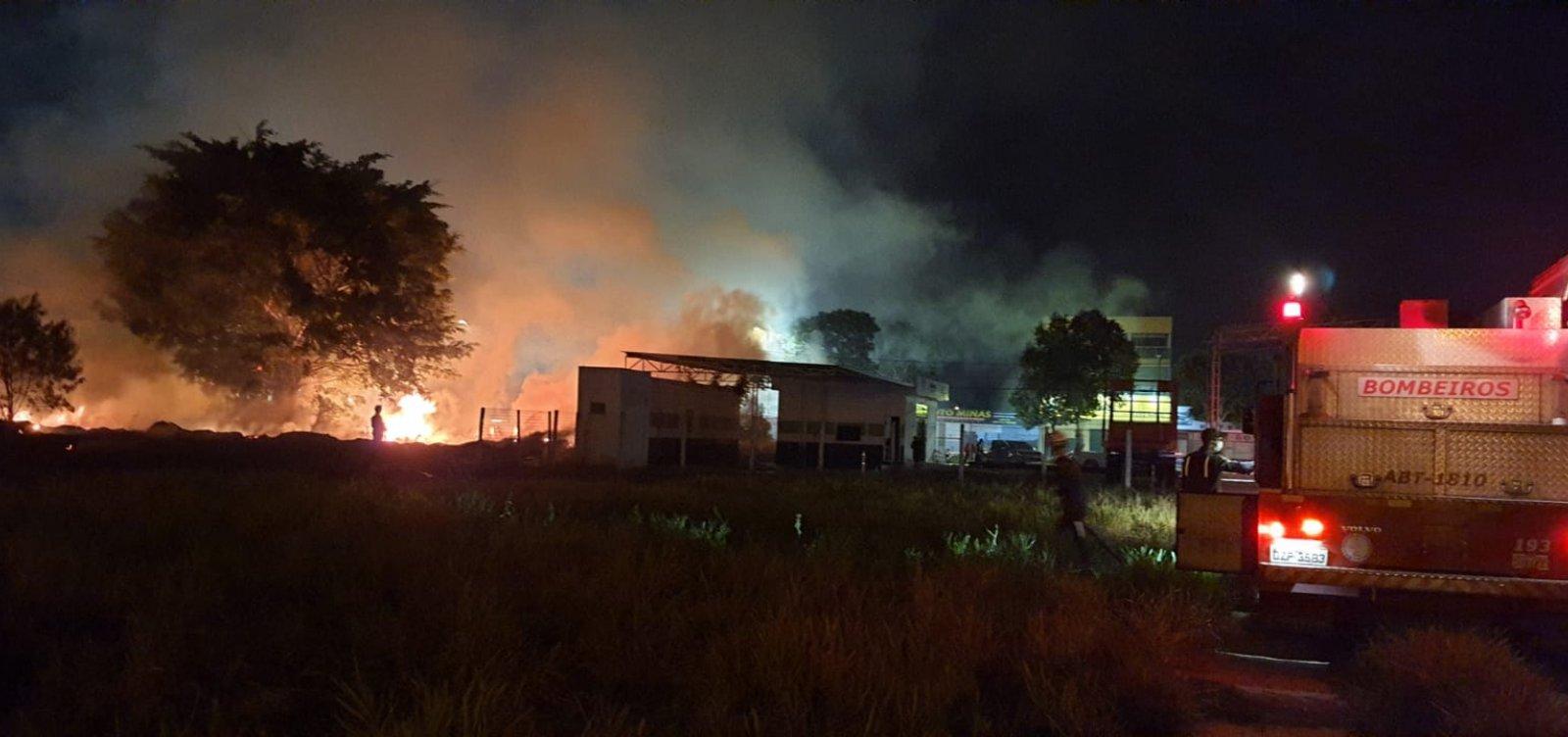 Incêndio em vegetação na BR-101 é controlado pelo Corpo de Bombeiros
