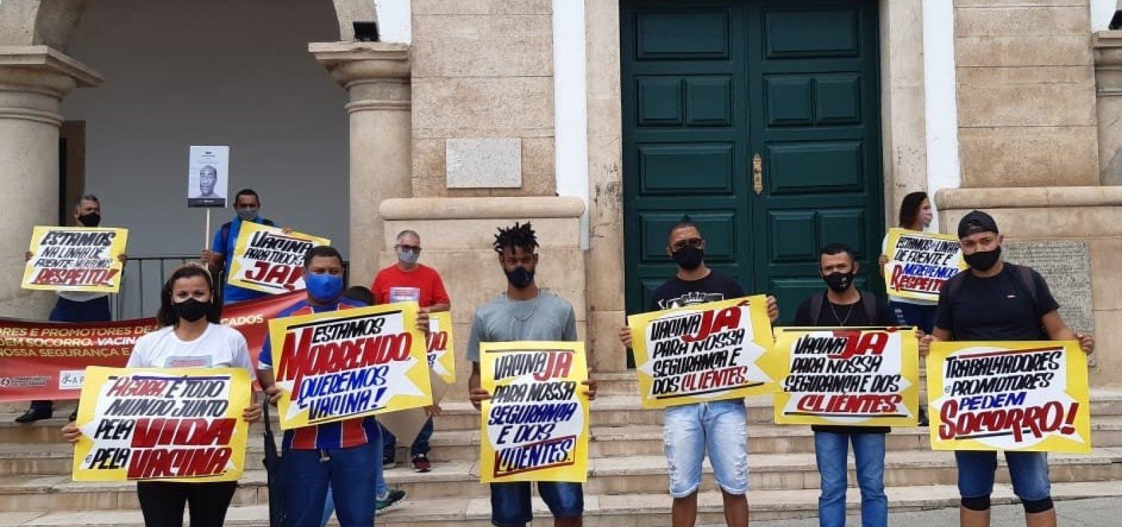"""""""Exigem que mercados fiquem abertos, mas cadê nossa prioridade?"""", questionam trabalhadores em protesto"""