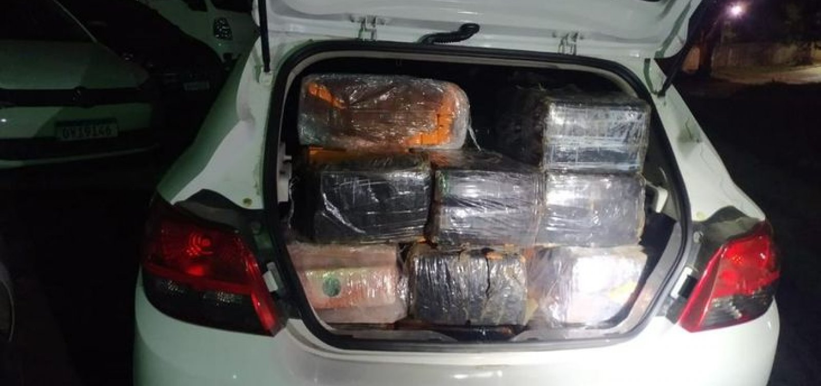 Três adultos e duas crianças com 1,2 tonelada de maconha são levados à delegacia em Itabuna