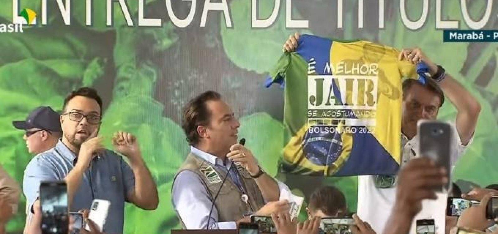 """Bolsonaro exibe camisa e aponta campanha para 2022: """"Melhor Jair se acostumando"""""""