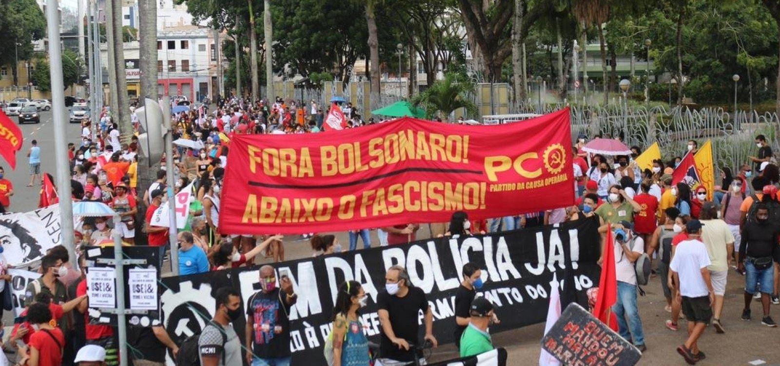 Em ato contra Bolsonaro, manifestantes caminham em direção a Barra, em Salvador