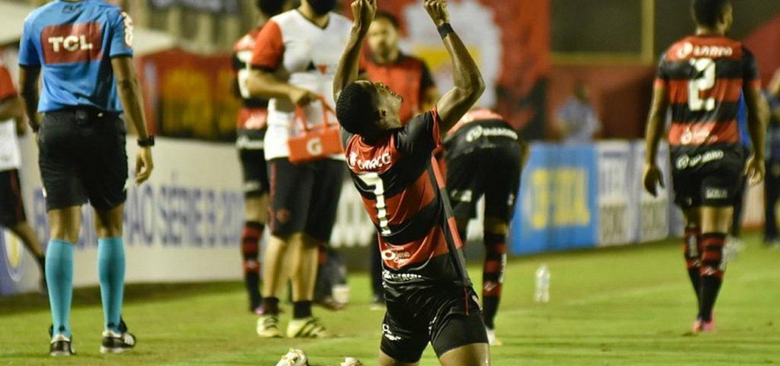 Vitória vira o jogo contra o Brusque e conquista o primeiro triunfo na Série B