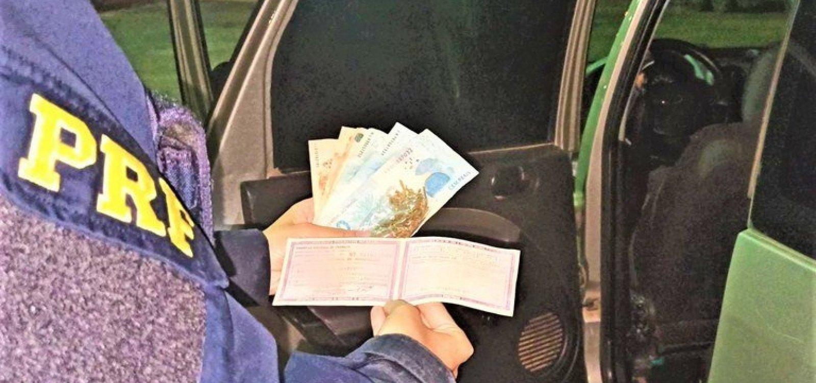 Motorista sem CNH tenta subornar policiais com R$ 200 e acaba preso