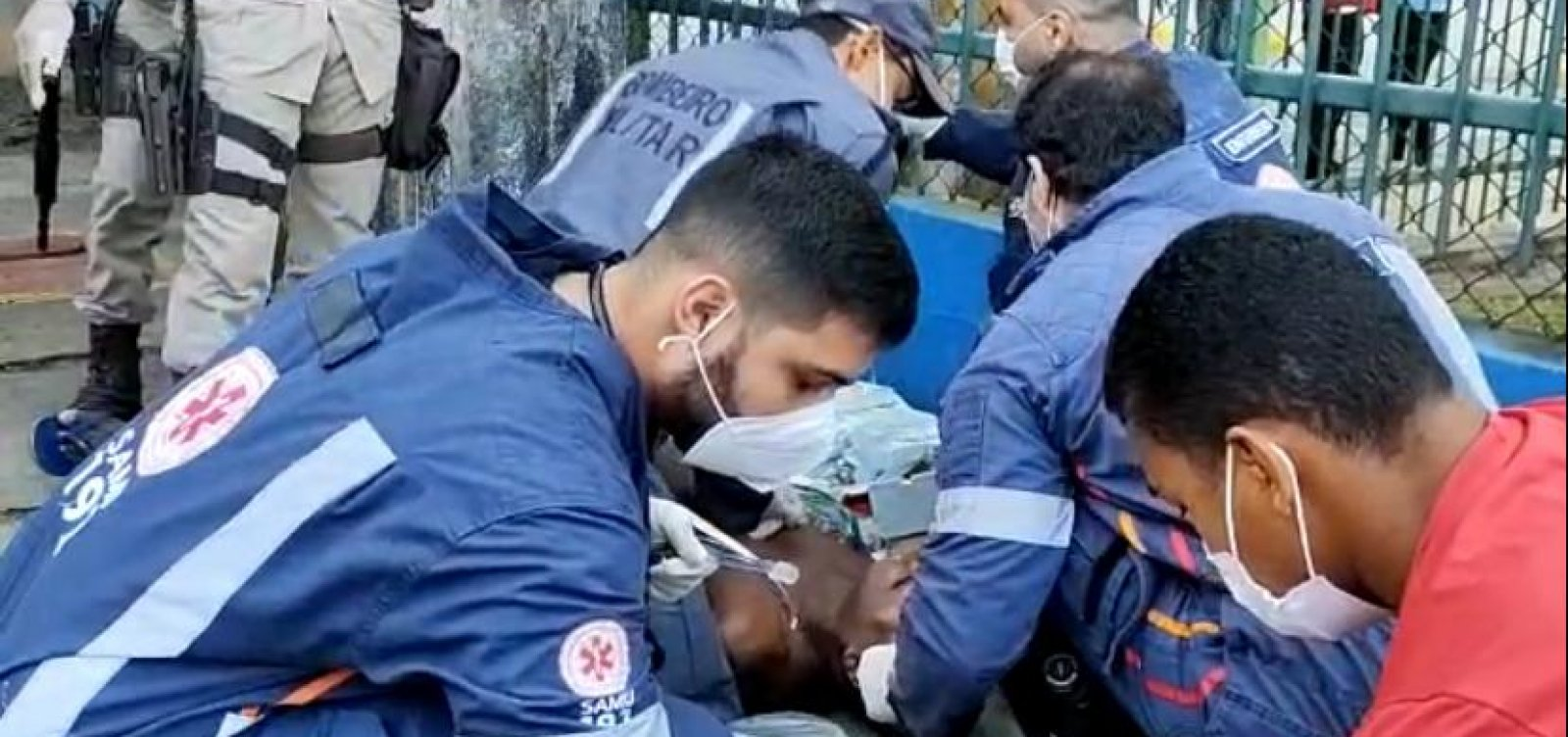 Homem sofre parada cardíaca dentro de ônibus e é reanimado por bombeiros