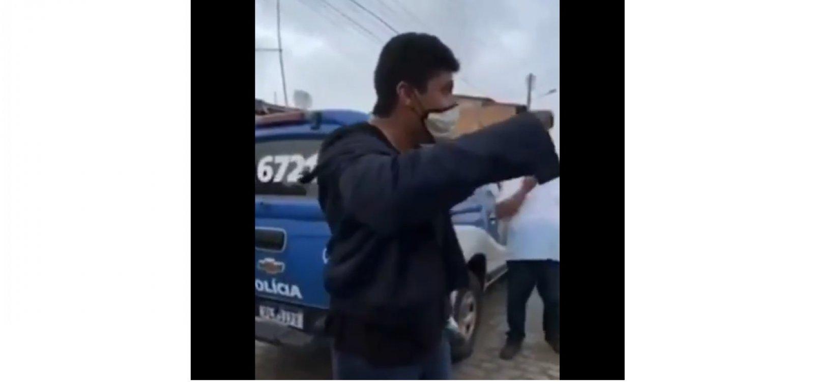 Após discussão e por desacato, prefeito é detido durante transmissão ao vivo