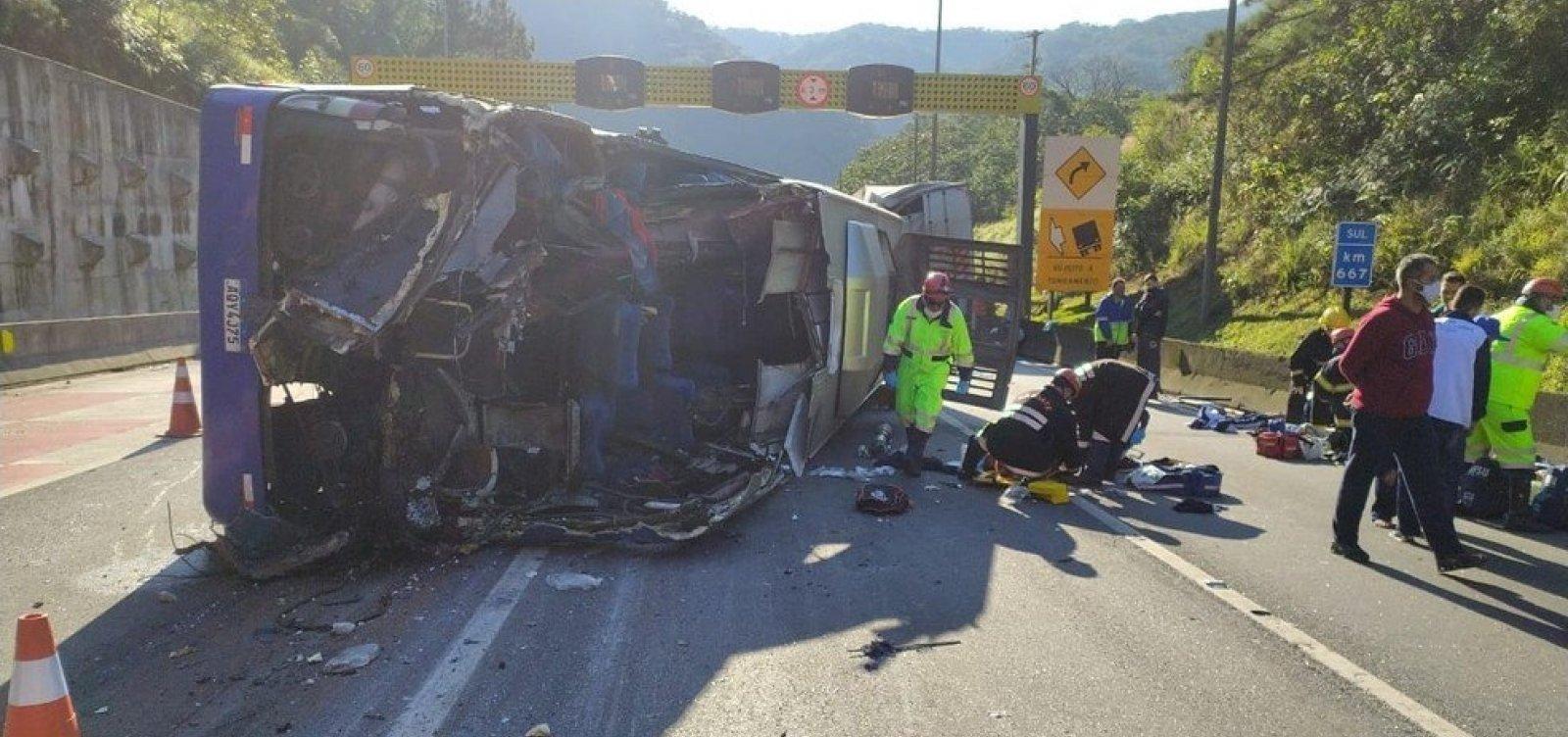 Acidente de ônibus com time de futsal deixa dois mortos e 21 feridos