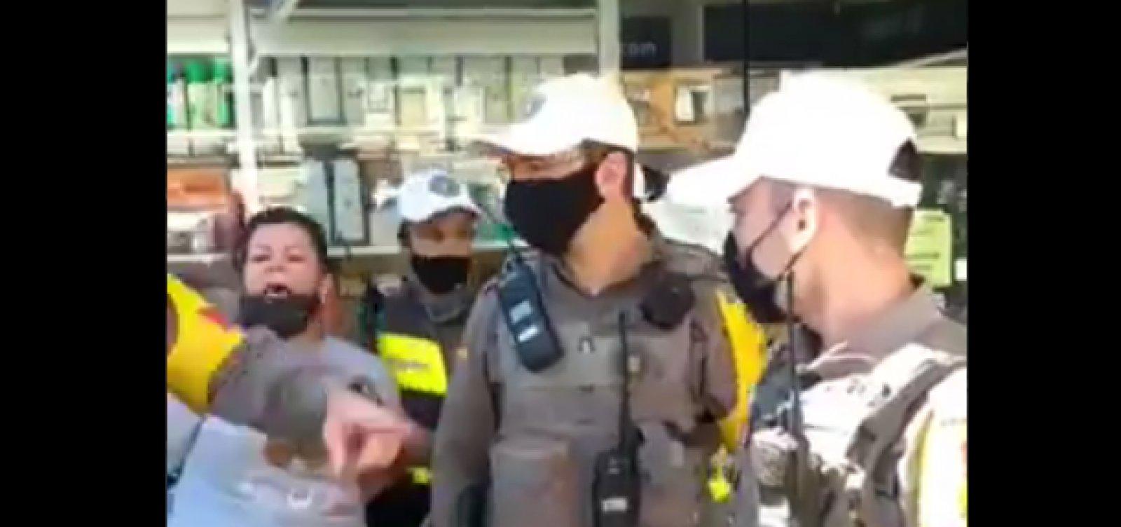 Porto Alegre: manifestante é presa durante motociata por bater panela contra Bolsonaro