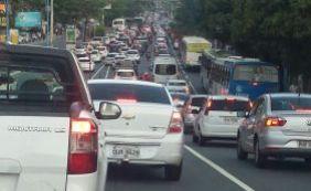 Segunda-feira é de trânsito travado em diversas vias de Salvador
