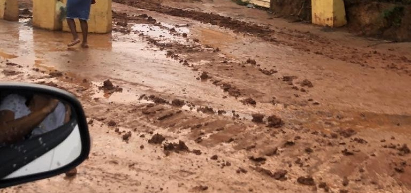 Obra da Conder em Piatã transforma pista em mar de lama