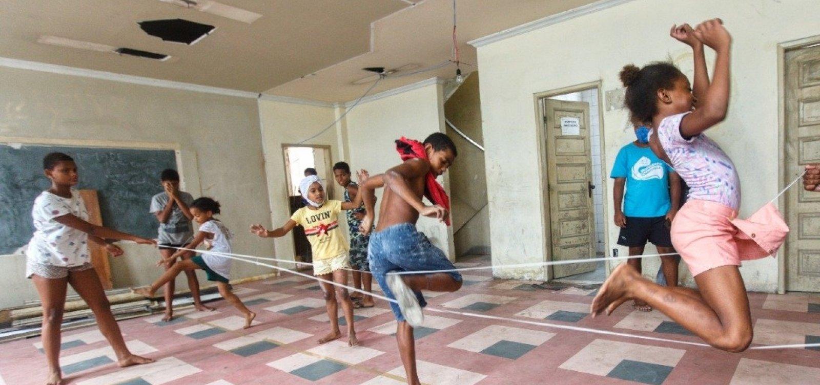 Crianças da Ocupação Carlos Marighella assistem filme no Glauber Rocha