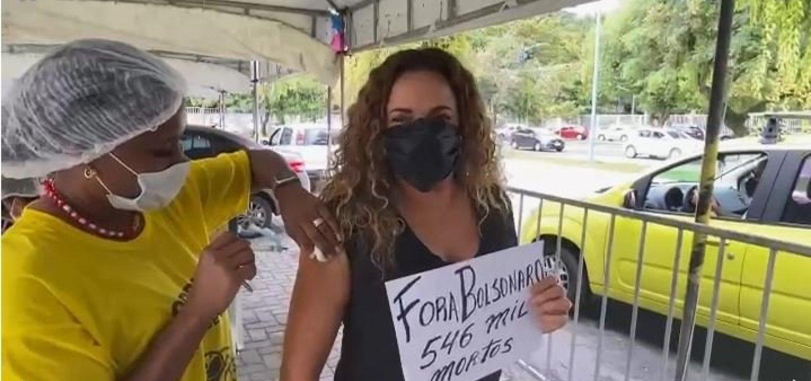 Daniela Mercury canta e pede 'Fora, Bolsonaro' ao tomar a 2ª dose da vacina