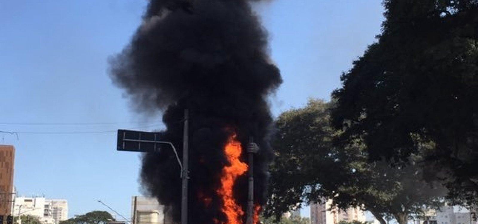 Estátua de Borba Gato é incendiada em São Paulo; veja vídeo