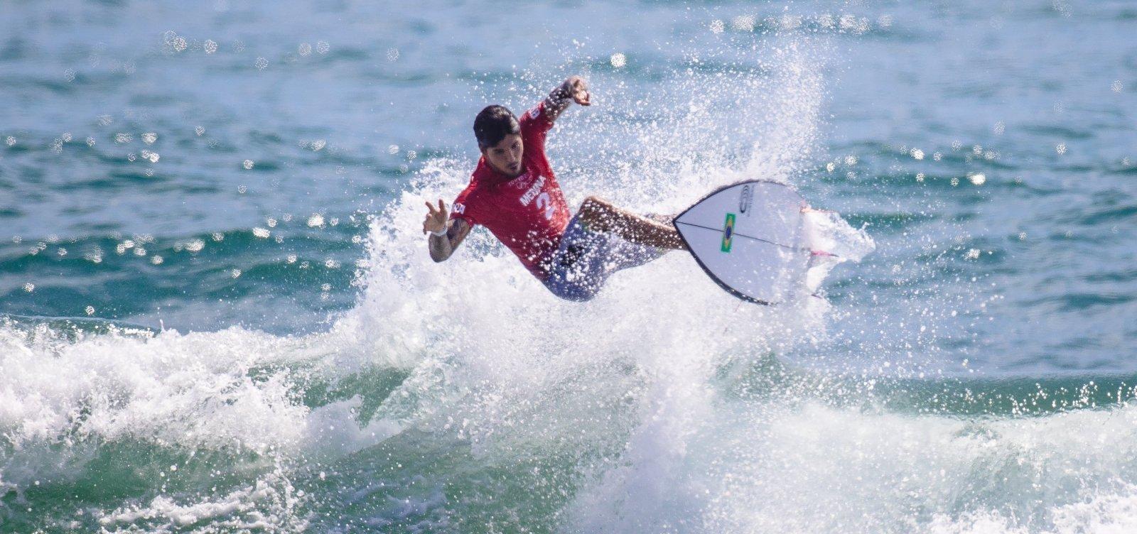 Gabriel Medina vai às quartas de final do surfe masculino