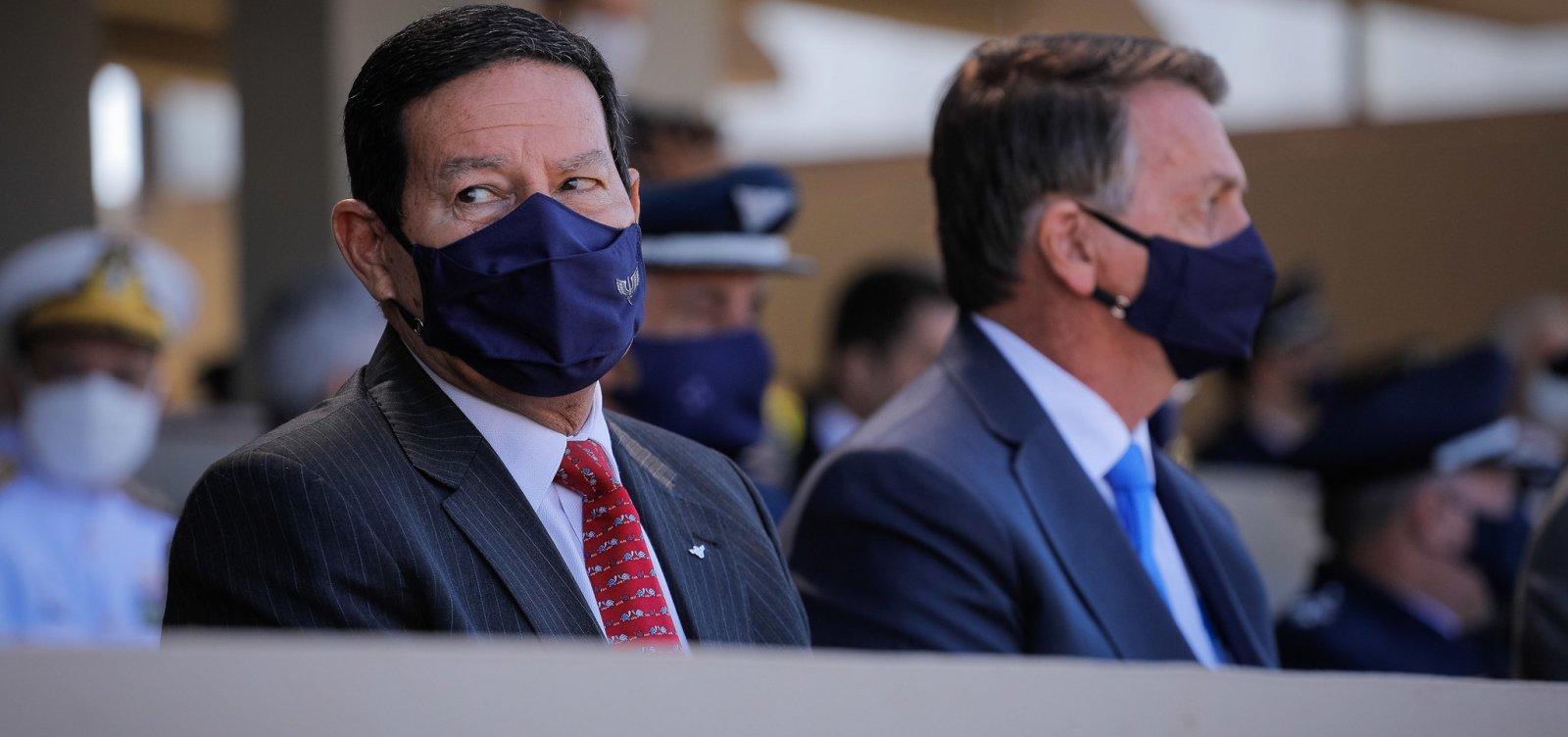 """Bolsonaro diz que Mourão """"atrapalha um pouco"""" e indica que irá escolher outro para vice"""