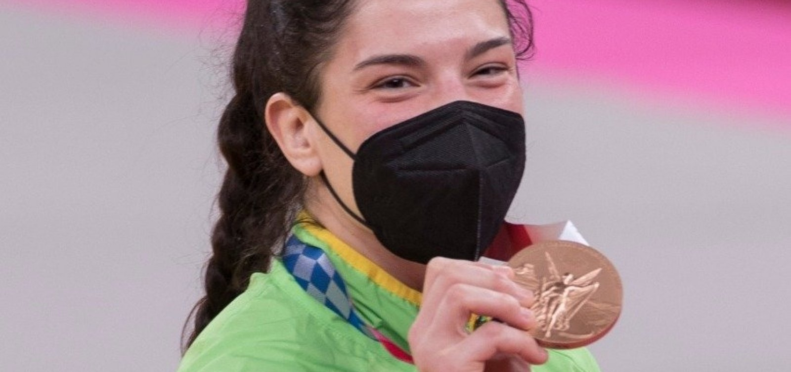 Mayra Aguiar sobe ao pódio e garante bronze no judô