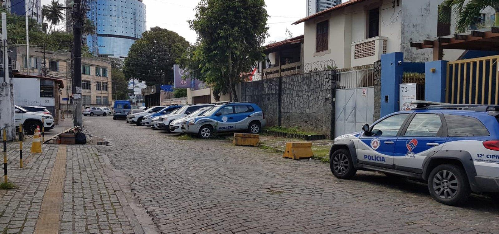 Viaturas estacionadas em calçada atrapalham circulação em rua do Rio Vermelho