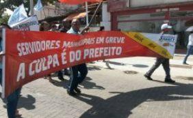 Em greve, servidores municipais protestam na Barra