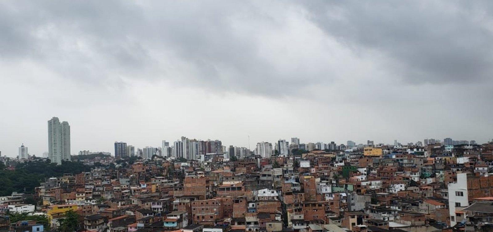 Forte chuva em Salvador alaga acesso à Avenida Bonocô e provoca ameaças de desabamento