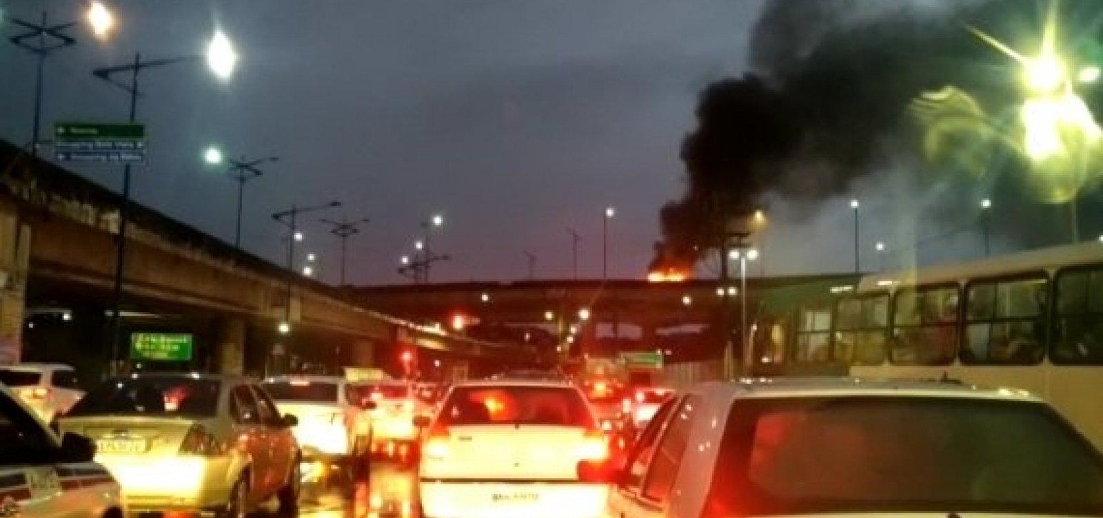 Carro pega fogo no viaduto do Cabula e provoca enorme congestionamento