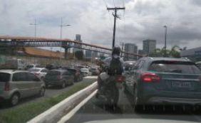 Carro quebrado complica o trânsito na Avenida Luiz Vina Filho