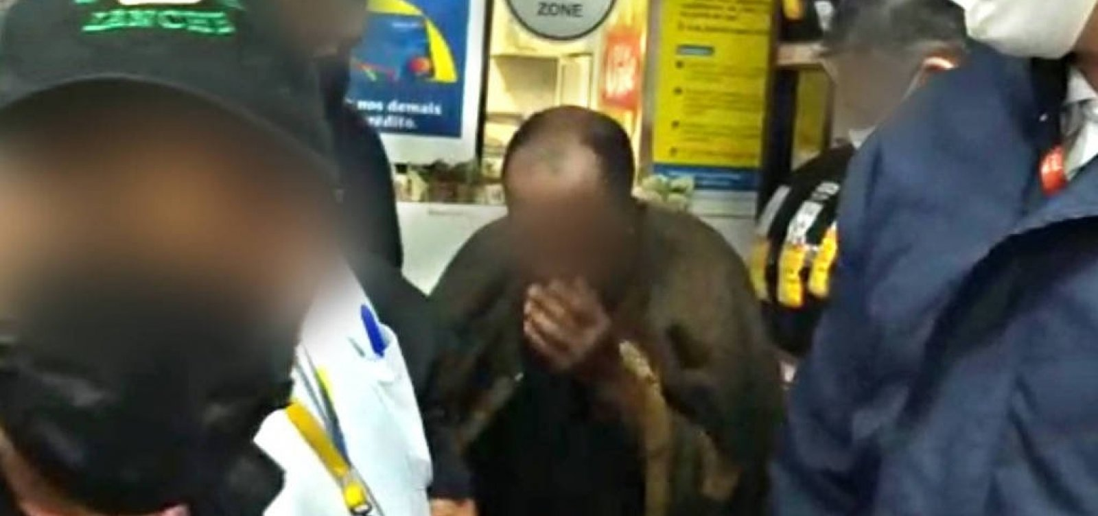 Homem negro tira a roupa para provar que não furtou supermercado