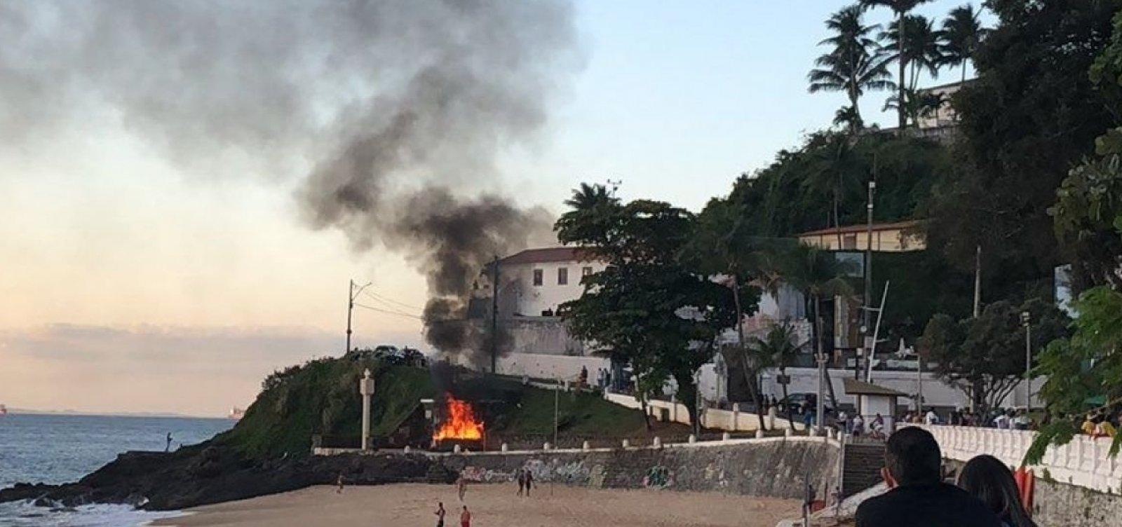 Casal em situação de rua sofre queimaduras graves em incêndio criminoso no Porto da Barra
