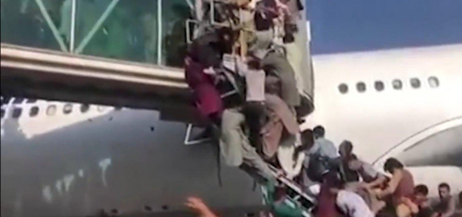 Após cenas de caos, voos militares são retomados no Afeganistão