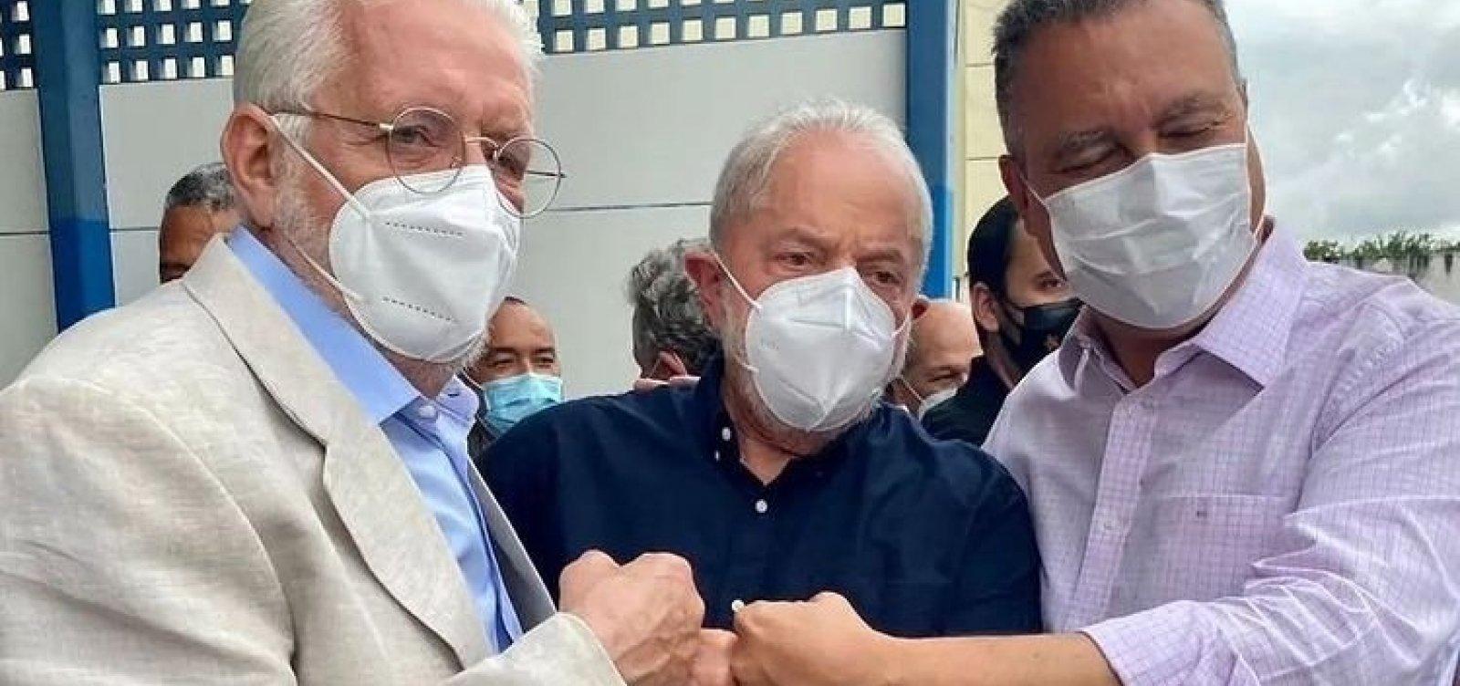 Recebido por Rui Costa e Jaques Wagner, Lula chega à Bahia