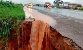 Após forte chuva, cratera abre em asfalto da BR-020