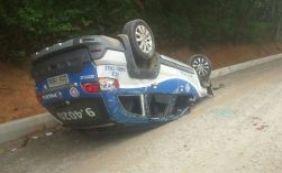 Motorista perde controle e viatura da PM capota no Itaigara
